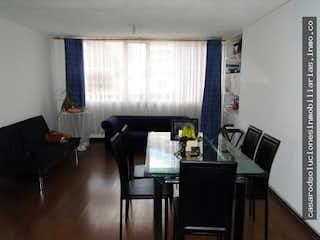 Una sala de estar llena de muebles y una televisión de pantalla plana en VENDO APARTAMENTO CHAPINERO MUY AMPLIO Y LUMINOSO