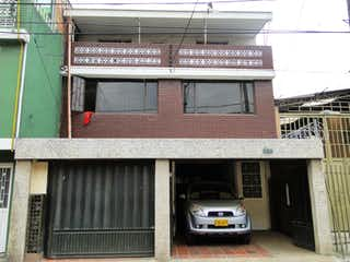 Un coche estacionado delante de un edificio en VENDO CASA EN CARVAJAL