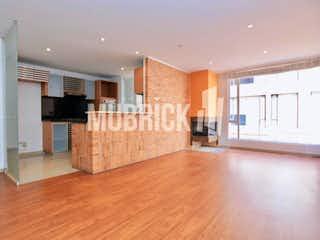 Una sala de estar con suelos de madera dura y un ventilador de techo en Apartamento En Venta En Bogotá Santa Bárbara I Santa Bárbara