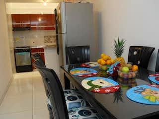 Una mesa que tiene un montón de platos en ella en Casa En Venta En Bogota San Lorenzo