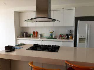 Una cocina con nevera y fregadero en Apartamento En Venta En Bogota Belalcazar-Teusaquillo