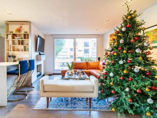 Una sala de estar con un árbol de navidad en ella en Apartamento En Venta En Bogota Los Rosales