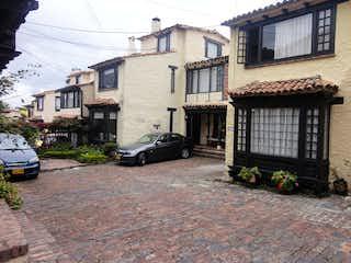 Una escena de la calle con un coche estacionado delante de ella en Casa en venta en Dardanelo, 163m² con Jardín...