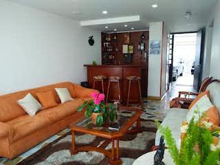 Una sala de estar llena de muebles y una chimenea en Casa en venta en Morato de 4 hab.