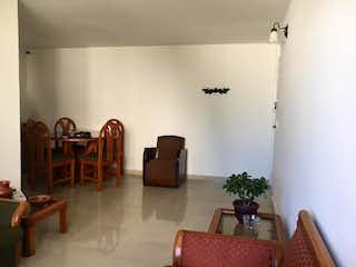 Una sala de estar llena de muebles y una mesa en Apartamento en venta en Calasanz 73m²