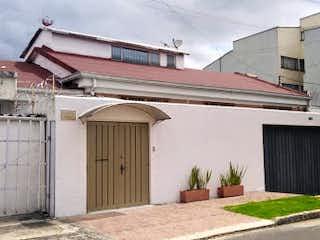 Un edificio que tiene un edificio en su costado en Casa en Venta NIZA NORTE