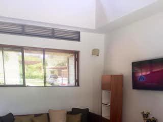 Una sala de estar llena de muebles y una televisión de pantalla plana en Casa en Anapoima, Cundinamarca - Dos alcobas