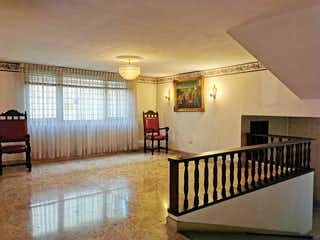 Una sala de estar con un sofá y una mesa en 102520 - Precio Oportunidad   Venta apartamento -  Aguacatala -