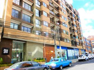 Una calle de la ciudad llena de coches y edificios estacionados en 102528 - APARTAESTUDIO VENTA CHAPINERO CENTRAL