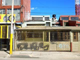 Un edificio con una señal en el costado en 102552 - CASA EN VENTA NORMANDIA
