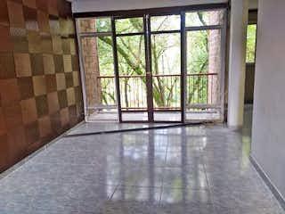 Una vista de una habitación con una puerta corredera de cristal en Apartamento en venta en Carlos E. Restrepo de cuatro habitaciones