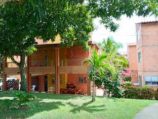 Una casa que tiene un árbol delante de ella en Casa en Venta SANTA FE DE ANTIOQUIA
