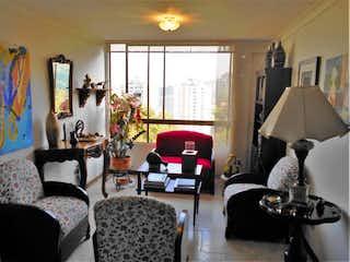 Una sala de estar llena de muebles y una ventana en SE VENDE MUY BUEN APTO TRADICIONAL EN CASTROPOL