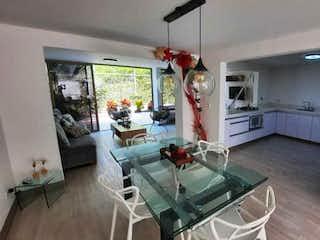 Una sala de estar llena de muebles y una chimenea en Venta de CASA REMODELADA en La Frontera, moderna, sitio tranquilo.