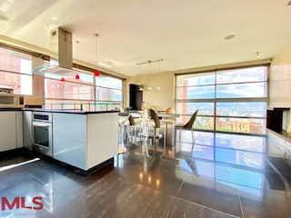 Una cocina llena de un montón de electrodomésticos y una ventana en Calle 5a