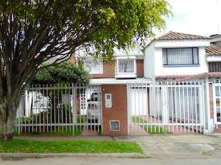 Una casa con un árbol y una casa en VENTA DE CASA EN PONTEVEDRA BOGOTA