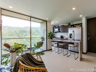 Una sala de estar llena de muebles y una planta en maceta en APARTAMENTO SECTOR COUNTRY CLUB