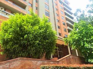 Un árbol en medio de una ciudad en Apartamento En Arriendo/venta En Bogotá Bosque De Pinos-Usaquén
