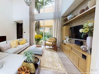 Una sala de estar llena de muebles y una chimenea en Club Residencial Pradera de Potosí