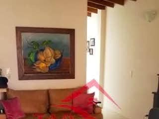 Una sala de estar llena de muebles y una televisión de pantalla plana en Apartamento en venta en Rosales de dos habitaciones