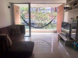 Una sala de estar llena de muebles y una ventana en Apartamento en Venta LOMA DE LAS BRUJAS