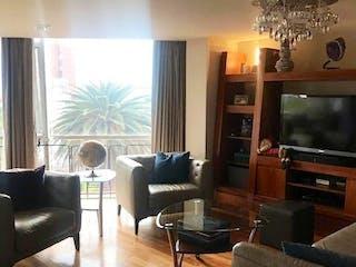 Una sala de estar llena de muebles y una televisión de pantalla plana en Departamento en venta en Condesa de 3 hab.