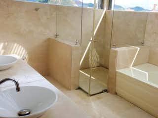 Una bañera blanca sentada junto a un lavabo blanco en Casa Condominio En Arriendo/venta En Bogota San Simon