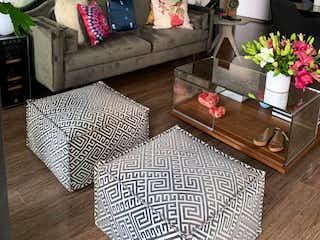 Una sala de estar llena de muebles y una planta en maceta en NAPOLES, DEPARTAMENTO DE LUJO EN VENTA