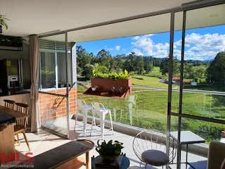 Una vista de un patio trasero con una gran ventana en Terra Verde