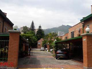 Un autobús está estacionado delante de un edificio de ladrillos en Quintas Del Sol De La Mota