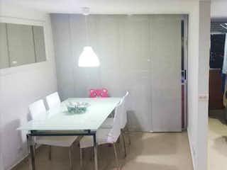 Un cuarto de baño con lavabo y un espejo en Apartamento en venta en Norteamérica de tres habitaciones