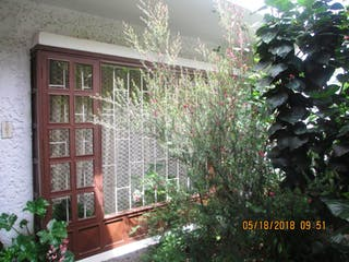 Una maceta sentada delante de una ventana en Casa En Venta En Chia Chia