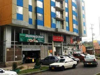 Una calle de la ciudad con coches y edificios en el fondo en VENDO APTO EN ZIPAQUIRA