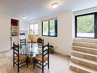 Una sala de estar llena de muebles y una ventana en Casa en Condominio ,Tlalpan, CDMX