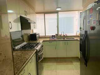Una cocina con una estufa de fregadero y nevera en VENDO DEPARTAMENTO EN POLANCO EN BENITO PEREZ GALDOS