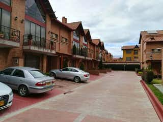 Un coche estacionado delante de un edificio en Casa En Venta En Chia Villa Mercedes