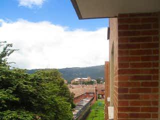 Un tren en una vía de tren cerca de un edificio en Apartamento En Venta En Chia Valle De Luna