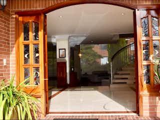 Un cuarto de baño con bañera y una ventana grande en Casa Condominio En Venta En Chia San Simon