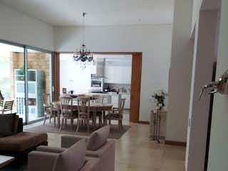 Una sala de estar llena de muebles y una ventana en Casa en Venta en el sector de las Palmas