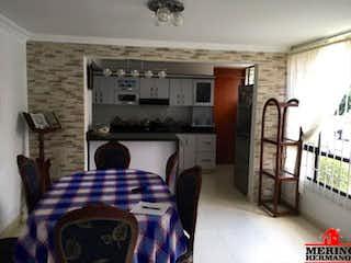 Una sala de estar con una silla y una estufa en OLIVARES
