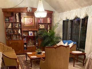 Una sala de estar llena de muebles y una lámpara de araña en Casa en venta en Arboledas de 220mts