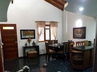 Un perro blanco y negro de pie en una sala de estar en APARTAMENTO EN NIQUIA