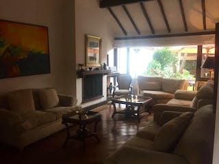 Una sala de estar llena de muebles y una televisión de pantalla plana en Casa En Venta En Bogota La Calleja-Usaquén