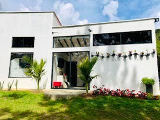 Un edificio que tiene un montón de flores en él en Finca El Retiro, Casa en venta en Casco Urbano El Retiro 210m²