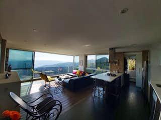 Una sala de estar llena de muebles y una ventana en Apartamento en venta en El Retiro de dos habitaciones