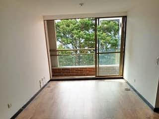 Una habitación muy bonita con una gran ventana en Apartamento en venta en Los Balsos de tres habitaciones