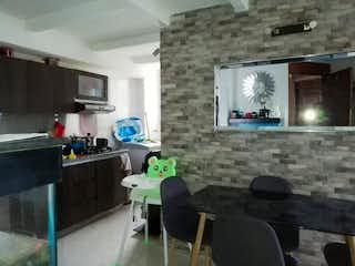 Una sala de estar llena de muebles y una televisión de pantalla plana en Apartamento en venta en Loma del Indio de tres habitaciones