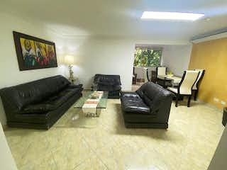 Una sala de estar llena de muebles y un sofá en Apartamento en venta en Belén Centro de tres alcobas