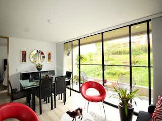 Una sala de estar llena de muebles y una ventana en Apartaestudio en Venta RIONEGRO