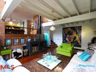 Una sala de estar llena de muebles y una chimenea en Portón de la Colina (Los Balsos 2)